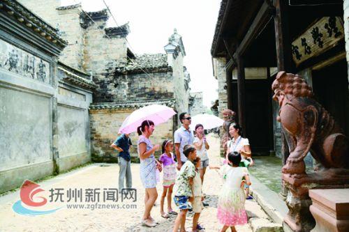 流坑古村每天吸引众多的游客。 拷贝.jpg---