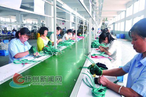 在江西民康实业有限公司生产车间内,工人们正在加紧生产出口的电脑连接线。 拷贝.jpg---