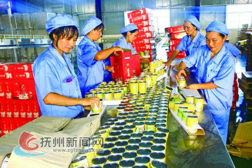 江西广莲珍食品有限公司女工正在包装莲子汁产品 拷贝