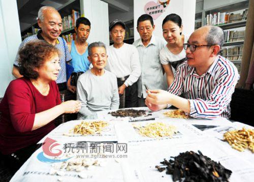 江西中医药高等专科学校教授向市民传授各种中药药理