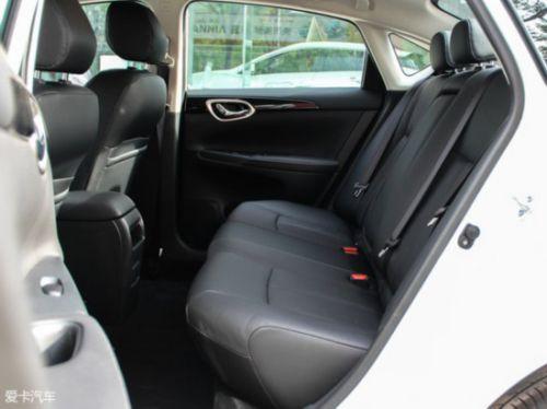 参与对比的轩逸的座椅采用皮革面料包裹,内部填充物比较柔软.
