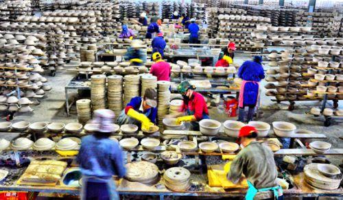 康舒陶瓷公司繁忙的生产线-