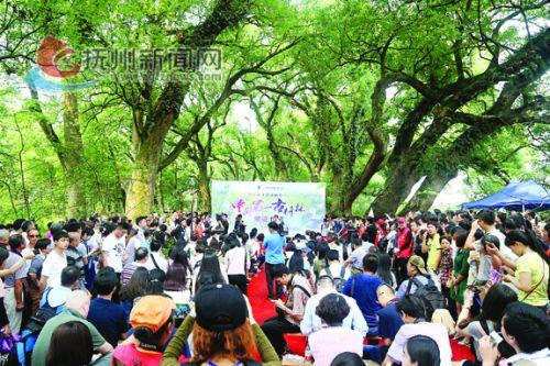 """2016年5月6日,200多名网媒记者与众多游客一道见证""""中国第一古樟林""""颁证仪式(压题照2).jpg 拷贝"""