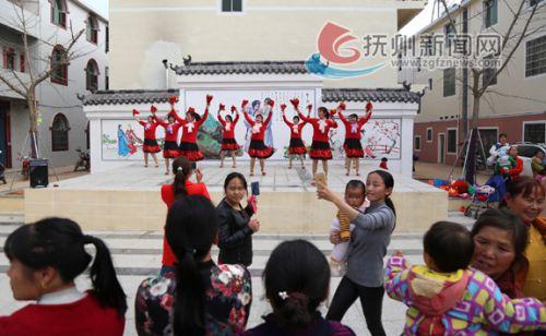 (处理成圆形)图为乐安县山砀镇杏坊中心村村民正在跳广场舞。本报记者 陈强 摄 拷贝