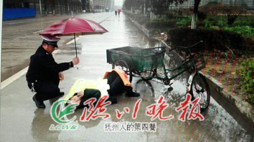 WWW_TT081_COM_暖心交警为醉酒男子撑伞挡雨感动路人
