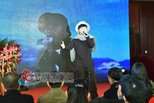 电影启动仪式前歌手献唱助兴-