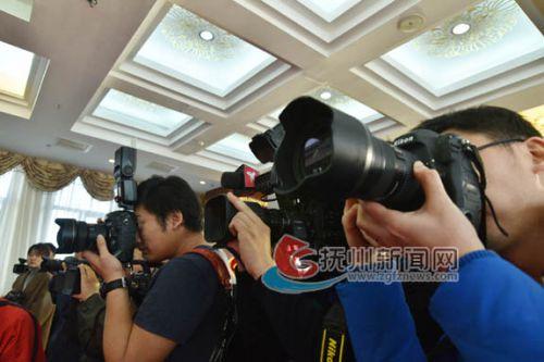 众多中央级媒体长枪短炮聚焦电影新闻发布会-