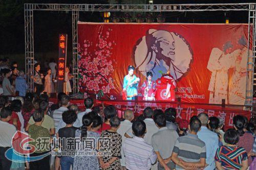 文化惠民演出吸引众多市民观看