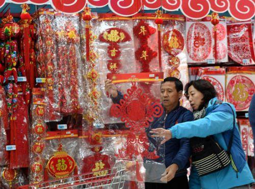 临近春节,山东省青岛市许多商场和超市早早开辟出年货