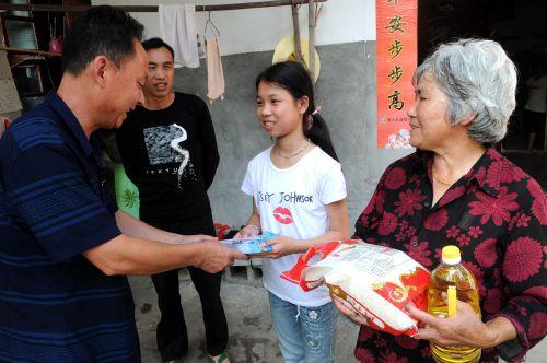 南丰县洽湾镇中心小学党员教师为扶贫困学生家中送去关怀