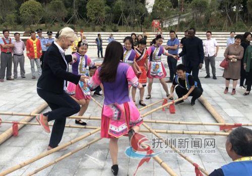 斯洛伐克驻华大使杜尚·贝拉夫人和资溪畲族姑娘跳竹竿舞
