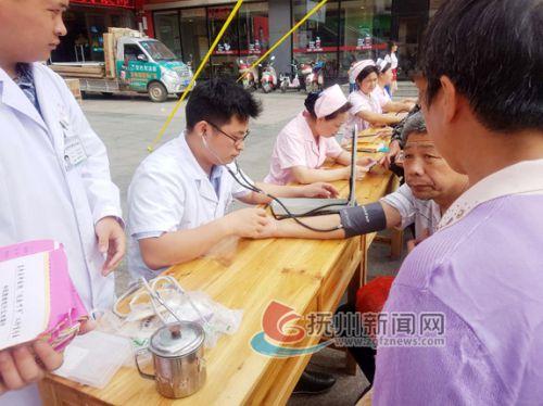 5.12护士节开展健康东乡行活动2-