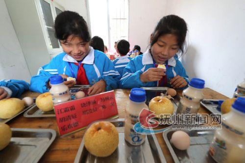 东乡:课间爱心营养餐情暖贫困学子