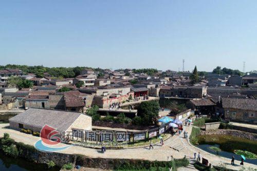 金溪县竹桥古村穿越表演让游客耳目一新