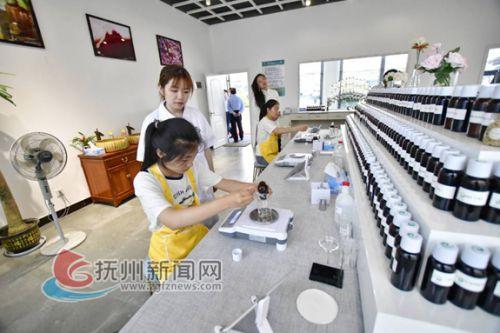 游客在金溪縣香谷小鎮微生產工坊體驗調香樂趣