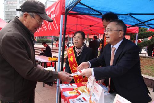 中國銀行撫州市分行劉瑞明行長為市民講解金融知識