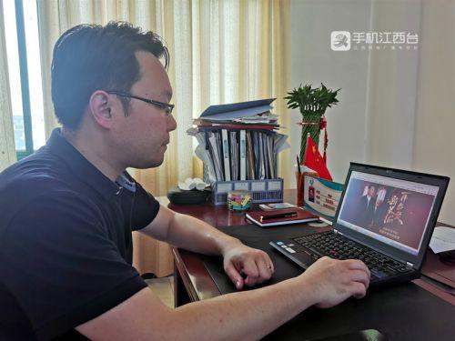 南昌县蒋巷镇党委委员李轩通过江西网络台观看习总书记来赣考察的报道(刘小芳 摄)