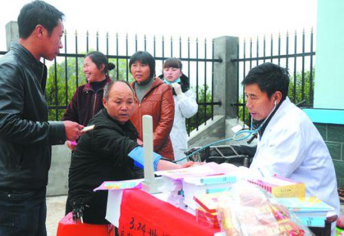 南丰:扶贫义诊免费进村 (4)