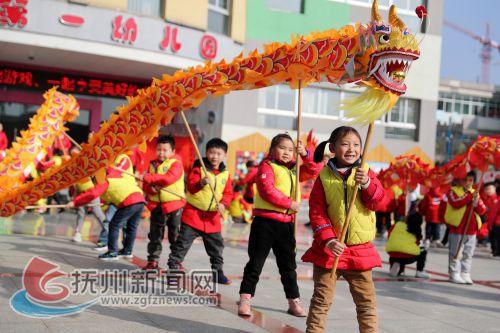 江西东乡:小朋友舞龙舞狮写对联 传统民俗活动喜迎新年1
