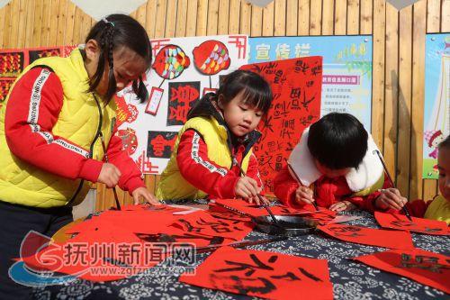 江西东乡:小朋友舞龙舞狮写对联 传统民俗活动喜迎新年4