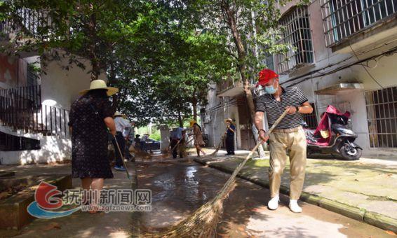 志愿者和干部职工投身卫生大清扫行动