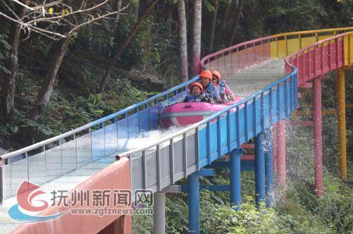 7月18日,在位于乐安县招携镇青里村的九瀑峡景区内,游客正在漂流游玩,享受夏日清凉。(邱志超摄)