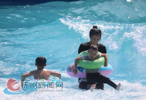 7月18日,在位于乐安县招携镇青里村的九瀑峡景区内,游客正在水上乐园戏水消暑,享受夏日清凉。 (邱志超摄)